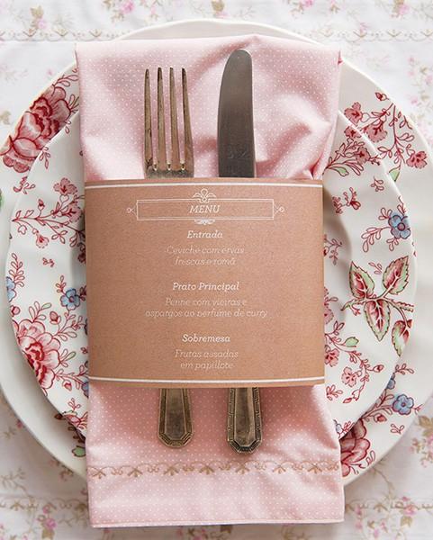 A tira de papel com os pratos do dia também serve de anel de guardanapo (Foto: Cacá Bratke/Editora Globo)