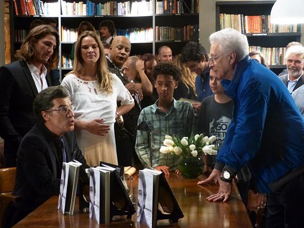 Aguinaldo Silva atua em 'Império' pedindo autógrafo para Téo Pereira (Foto: Tatiana Helich/Gshow)