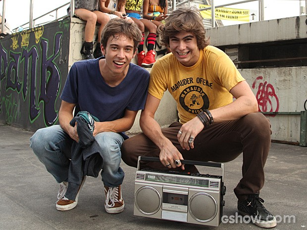 Guilherme Hamaceck e Rafael Vitti nos bastidores da gravação da abertura. A amizade já extrapolou as cenas (Foto: Camila Camacho / TV Globo)