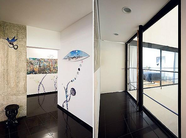 As paredes da área de circulação têm desenhos pintados pelo próprio morador e quadros, como o do artista Baravelli, com formato de olho (Foto: Maíra Acayaba)
