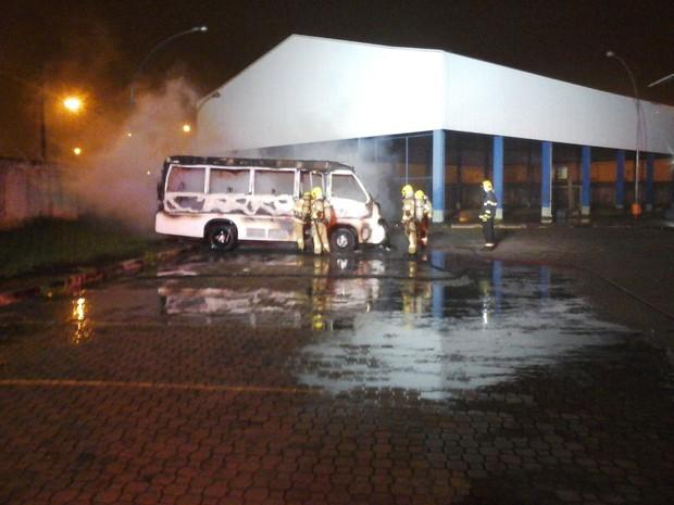 Bombeiros combatem incêndio que atingiu micro-ônibus (Foto: Corpo de Bombeiros/Divulgação)