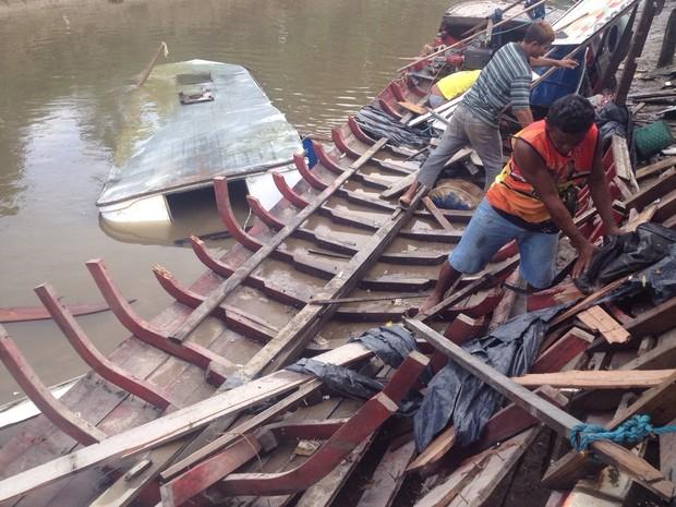 Restos da embarcação são retirados do porto  (Foto: Abinoan Santiago/G1)