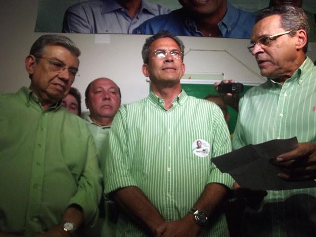 Hermano Moraes (PMDB) falou sobre a derrota ao lado do ministro Garibaldi Filho (e) e do deputado federal Henrique Alves (d) (Foto: Matheus Magalhães/G1)