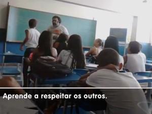 Professor se exalta com aluna em sala de aula (Foto: Reprodução/ TV Gazeta)