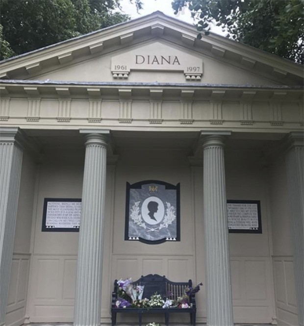 The 20 years memorial at Althorp where the former stables have been made a place of reflection in memory of Lady Diana Spencer who became Princess of Wales. (Foto: @suzymenkesvogue)