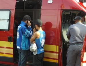 Torcedor teve o nariz fraturado e foi atendido pelos bombeiros no local (Foto: Natália de Oliveira)