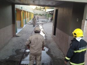 Toda uma ala da pousada foi atingida pelo fogo (Foto: Gil Oliveira/ G1)