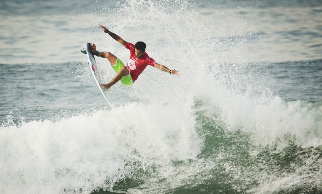 Filipe Toledo voando em Grumari