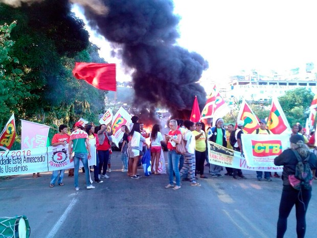 Protesto contra o impeachment fecha BR-101, em Itabuna (Foto: Central dos Trabalhadores da Bahia Regional Sul Bahia)