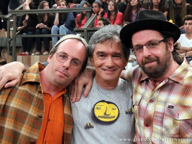 Serginho posa para fotos com Otávio e Gustavo Pandolfo (Foto: TV Globo/Altas Horas)