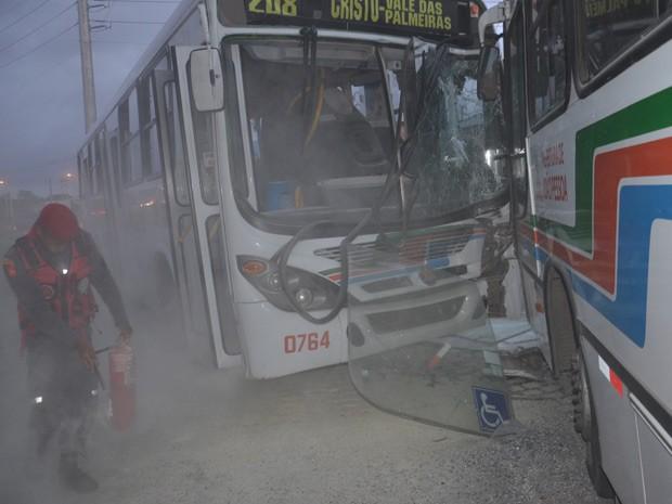 A empresa informou que os dois motoristas dos ônibus ficaram feridos e foram atendidos pelo Samu. Além dos dois motoristas, uma passageira que vinha em um dos ônibus também passou pelo atendimento do Samu. Após a colisão houve um princípio de incêndio que foi rapidamente controlado pelo Corpo de Bombeiros (Foto: Walter Paparazzo/G1)