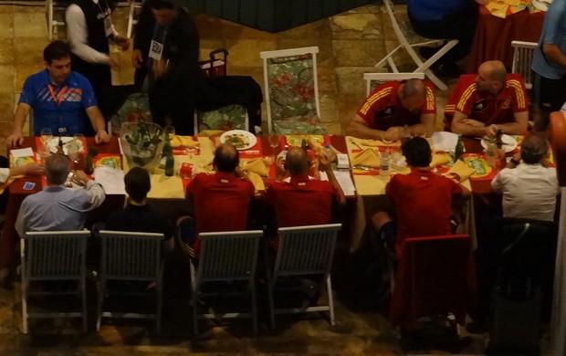 Jogadores da Espanha comemoram vitória no Recife (Foto: Globoesporte.com)