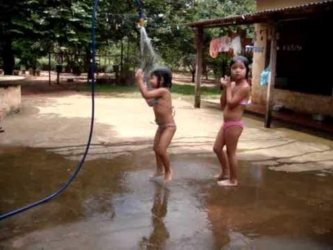Banho de mangueira (Foto: Reproduo Internet)