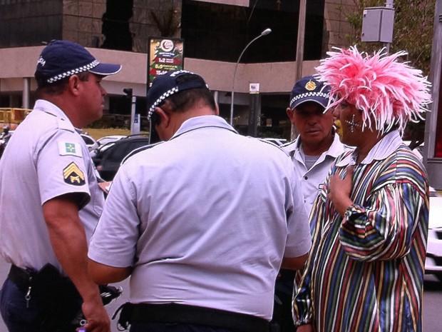 Polícia Militar aborda palhaço que agrediu idoso (Foto: TV Globo/Reprodução)