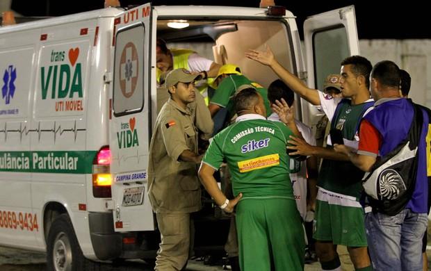 Maxuel do Baraúnas sofre convulsão na partida contra o Campinense (Foto: Silas Batista)