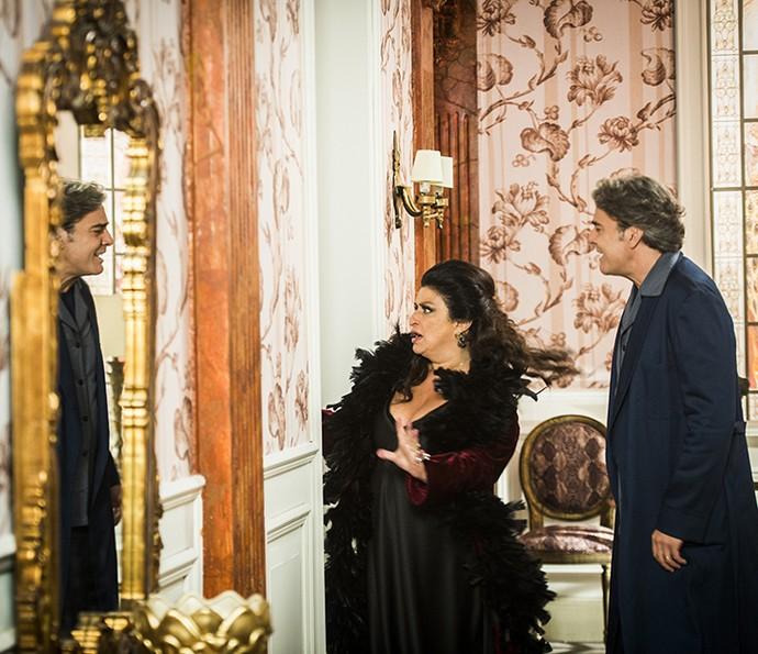 Teodora (Grace Gianoukas) e Aparício (Alexandre Borges) vivem em pé de guerra na mansão Abdala (Foto: João Miguel Jr/Globo)