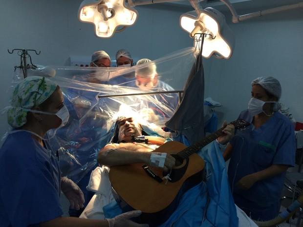 Rolden tocou violão e ficou acordado durante cirurgia (Foto: Rosa Santos/A Tribuna)