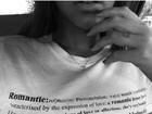 Bruna Marquezine usa camiseta sugestiva: 'Romântica incorrigível'