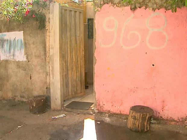 Jovem foi morto em frente à casa da avó no bairro Jardim Jandaia (Foto: Paulo Souza/EPTV)