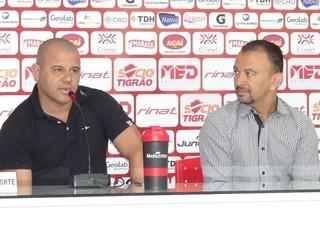 Roni e diretoria do Vila Nova (Foto: Comunicação/Vila Nova)