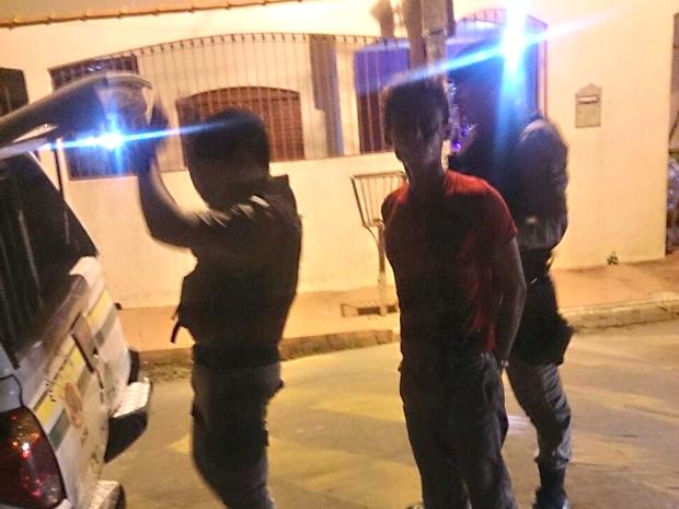 Homem foi imobilizado por vizinho de vítima até que a polícia chegasse  (Foto: Arquivo pessoal)