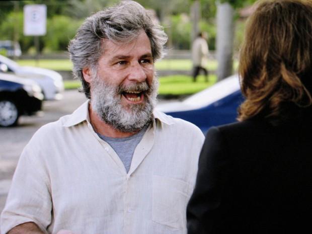 Manuel fica inconformado com o que escuta (Foto: TV Globo)