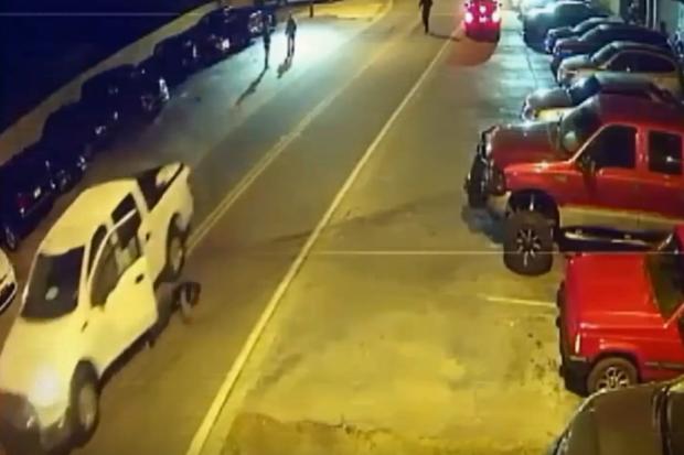 Homem se atropela ao fugir de strip club (Foto: Reprodução/Youtube)