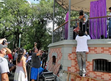 Gravações da novela causaram ti-ti-ti na Praça da Liberdade, em Minas Gerais