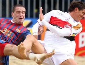 Pampero disputa bola contra jogador do barcelona (Foto: Gaspar nobrega)