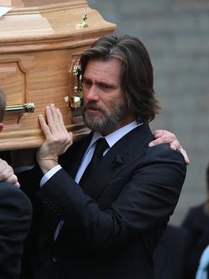 Jim Carrey carrega caixão da ex-namorada Cathriona White (Foto: AP Photo)