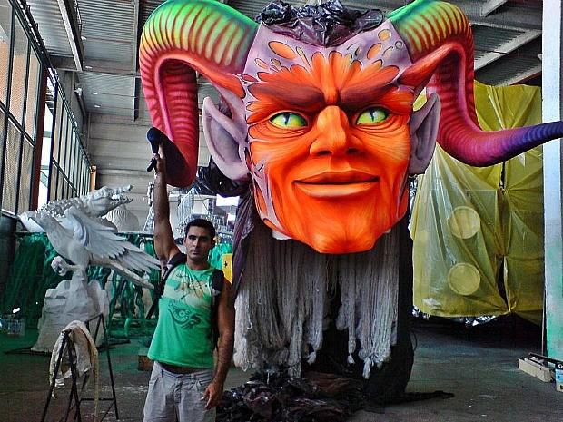 Artista de Parintins, Rossy Amoedo, coordena uma equipe de 30 pessoas no carnaval (Foto: Pedro Gadelha/Divulgação)