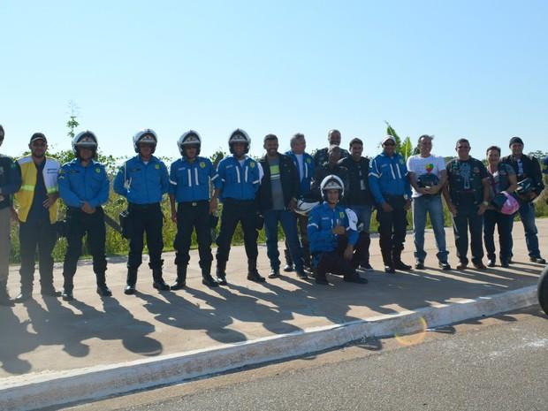 Agentes de trânsito, motociclistas e policiais rodoviários federais participaram da carreata (Foto: Hosana Morais/G1)