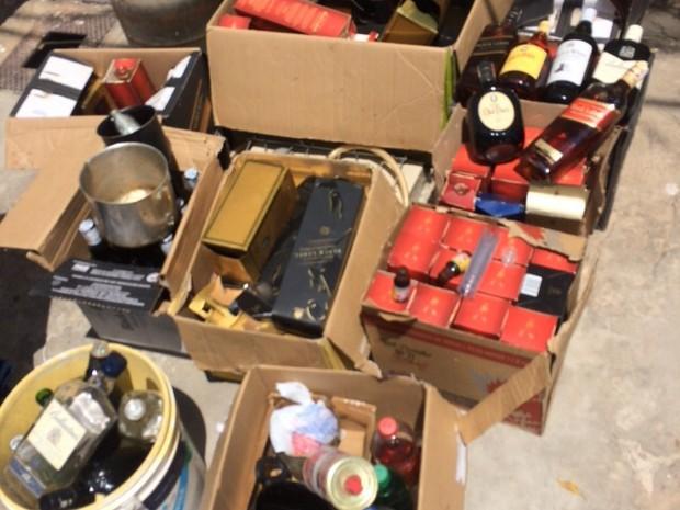 Bebidas alcoólicas eram falsificadas dentro de casa no bairro Ilhotas (Foto: Divulga/Polícia Civil)