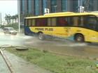Chuva forte alaga rua em bairro em São Luís