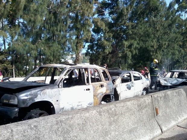 Um dos veículos pegou fogo no motor (Foto: Diego de Souza/RBS TV)