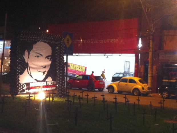 Em frente ao local do crime, foram afixadas cruzes e banner com a foto do radialista. (Foto: Patrícia Belo / G1)