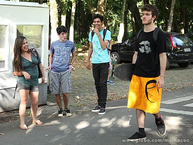 Sidney chega ao Destaque usando uma saia e vira motivo de piada (Foto: Jacson Vogel / TV Globo)