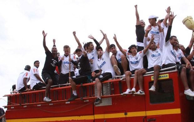Jogadores do Araxá Esporte são recebidos com festa na volta pra casa após vencer o Módulo II (Foto: Divulgação/AEC)