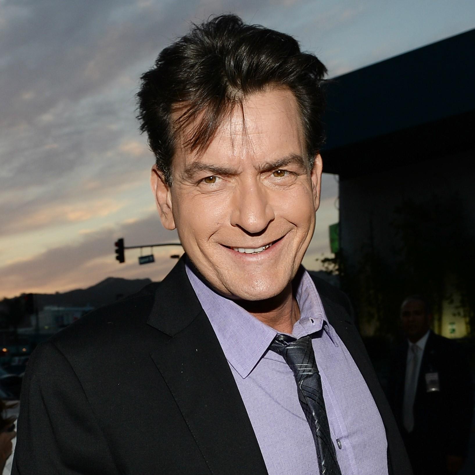 Carlos Irwin Estevez deu um chega pra lá na própria latinidade e virou Charlie Sheen. (Foto: Getty Images)
