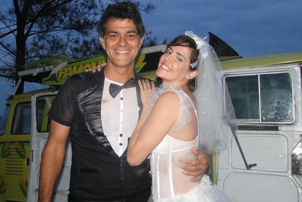 Giovana e Léo precisaram de um porro daqueles para voltarem aos bons tempos (Foto: Louco por Elas / TV Globo)