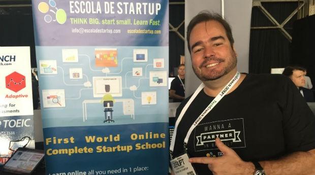 Flávio Lemos e o estande da Escola da Startup no TechCrunch Disrupt 2015  (Foto: PEGN/Fabiana Pires)