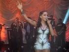 De look curtinho, Anitta enfrenta frio em apresentação em São Paulo