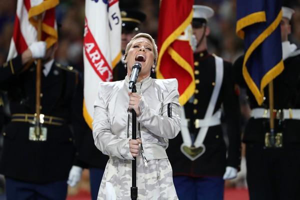 A cantora Pink durante sua apresentação do hino dos EUA no Super Bowl 2018 (Foto: Getty Images)