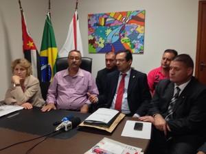 Prefeito e comissão anunciam suspensão de alvará do Instituto Royal, em São Roque (Foto: Natália de Oliveira/G1)