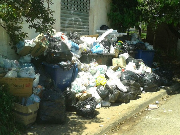 Calçada do bairro Wanel Ville está intransitável com tanto lixo (Foto: Marco Fernandes/TEM Você)