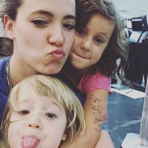 Tiê ao lado das filhas, Amora e Liz (Foto: Arquivo Pessoal)