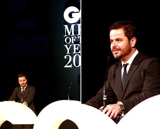 No palco, o diretor geral da Edições Globo Condé Nast Alexandre Frota (Foto: Leo Lemos/GQ)