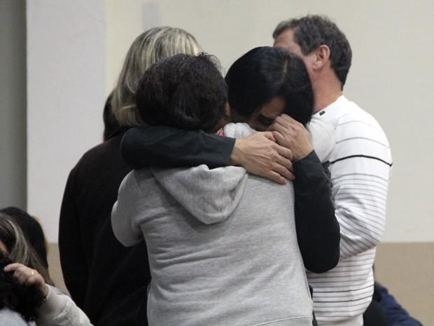 Emoção marca missas em memória de alunos mortos na Mogi-Bertioga (Foto: Fábio França/ G1)