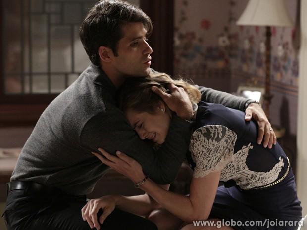 Franz consola a irmã depois de briga com pai (Foto: Fábio Rocha/TV Globo)