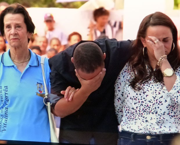 Dona Haydee, Leonardo e Telma se emocionam na entrega da sede da banda (Foto: Caldeirão do Huck/TV Globo)